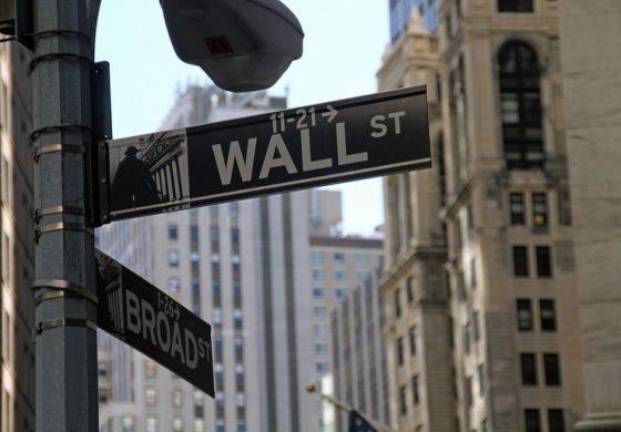 Dow Jones trece si de pragul de 21.000 puncte, in contextul optimismului generat de primul discurs al lui Trump in Congres